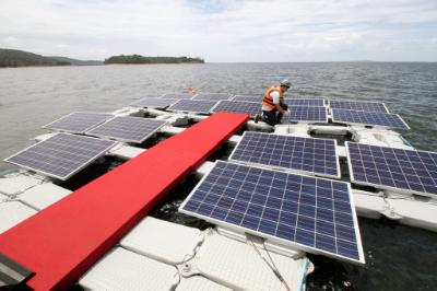 epa05195518 A general view shows a worker operating on a section of the world's largest floating solar farm at the Balbina hydropower plant (HPP), in Balbina, Amazonas, Brazil, 04 March 2016. Brazil will be the first country in the world with a floating solar plant over a reservoir of a hydroelectric plant, as it began operations on 04 March. The government will include in the project a second prototype over the hydroelectric of Sobradinho, Bahia, Brazil, and it will be switched on on 11 March 2016, according to official sources. EPA/EUZIVALDO QUEIROZ